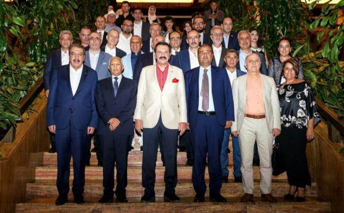 """Toplantıyı değerlendiren KTO Başkanı Ömer Gülsoy, Türk – Arap Odası'nın, TOBB ve Arap Odalar Birliği ile 24 Kasım 2016'da imzalanan anlaşma sonucu kurulduğunu hatırlatarak; """"Değerli Birlik Başkanımız Sayın Rifat Hisarcıklıoğlu önderliğinde ülkeler arasında sanayi, ticaret ve yatırımların öne çıkması adına yapılabilecekler hususunda görüşülerek, ticaret hacmi ile turizme dair gelişmeler değerlendirildi. Her iki tarafta ilişkilerin daha da kuvvetlendirilmesi adına yatırımlar konusunda çağrıda bulundu. Her fırsatta dile getirdiğim gibi yeni pazarlar bulunmalı, fırsatlar yatırıma dönüştürülmeli. Ülke olarak toplam dış ticaretimizin ancak yüzde 12'sini Arap ülkeleriyle yapıyoruz. Bu oranı daha yukarılara çıkarmalı, her alanda ticaret yapabileceğimiz ciddi bir potansiyele sahip bu pazarı değerlendirmeli, son dönemde dış ticarette yakaladığımız başarıyı daha da yukarılara götürmeliyiz"""" diye konuştu. Haber detayları Protokol Haber'de."""